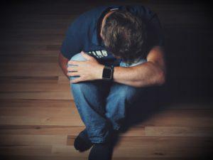 Žárlící partner prožívá úzkost a strach ze ztráty partnera